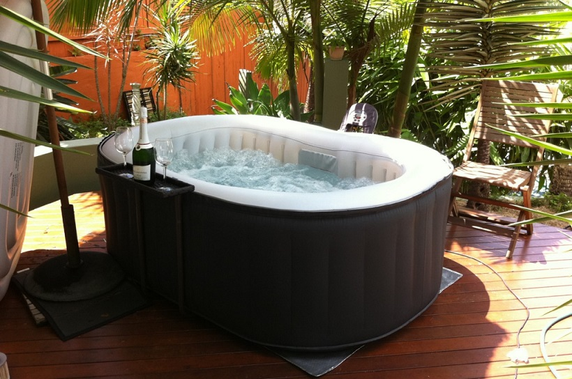 jacuzzi gonflable les avantages et les inconv nients piscines et jacuzzi. Black Bedroom Furniture Sets. Home Design Ideas