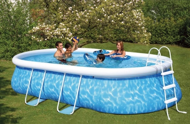 Piscine gonflable grande taille for Piscine de jardin gonflable carrefour