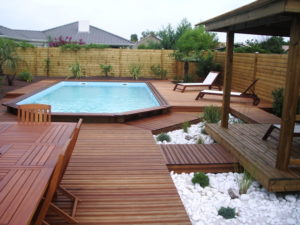 Piscine semi enterree conceptions de maison for Piscine teck semi enterree